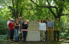 Canadian embassy staff at the Salgotarjáni St. cemetery. (Photo: mazsihisz.hu)