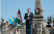 Victor Ponta speaks before the Szekler and Hungarian flags in Nyergestető, Hargita county. Photo: Levente Vargyasi.