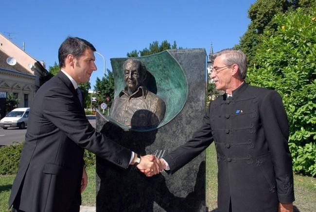 Chancellor Minister Mr. János Lázár (left) inaugurated the statue of fascist WWII criminal Albert Wass in Hódmezővásárhely.