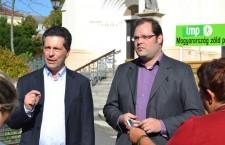 Mr. Schiffer in Kaposvár, alongside Frigyes Felder, LMP's candidate for mayor in the town. Photo: Andrea Gecsei/LMP