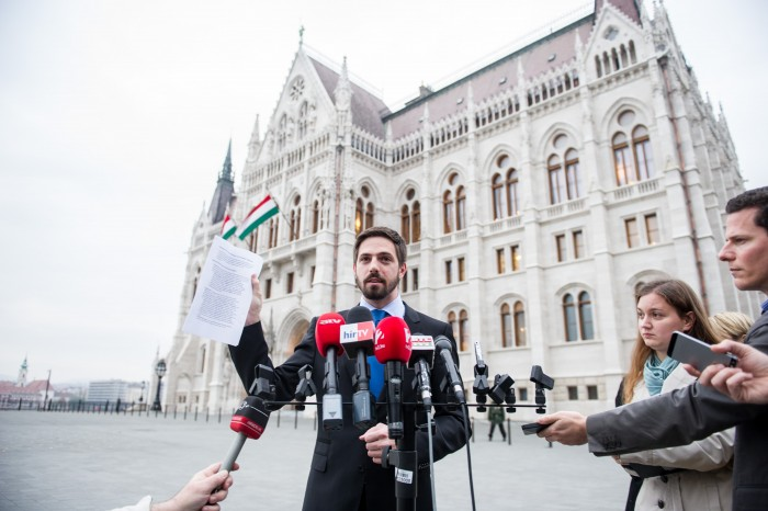 """Levente Magyar theatrically waves the infamous """"scrap of power"""" detailing America's concerns with the Orbán government, Photo: MTI."""