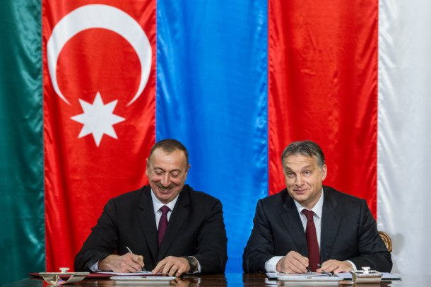 Azerbaijan's Ilham Aliyev signs a deal with Mr. Orbán on Wednesday. Photo: MTI.