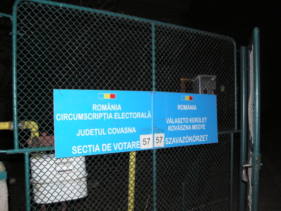 A bilingual (Romanian/Hungarian) sign on the gate of a voting station in the majority Hungarian Kovászna county. Photo: transindex.ro.
