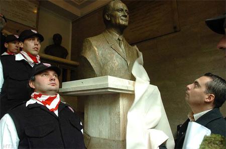 Gábor Vona unveils a bust of Albert Wass.