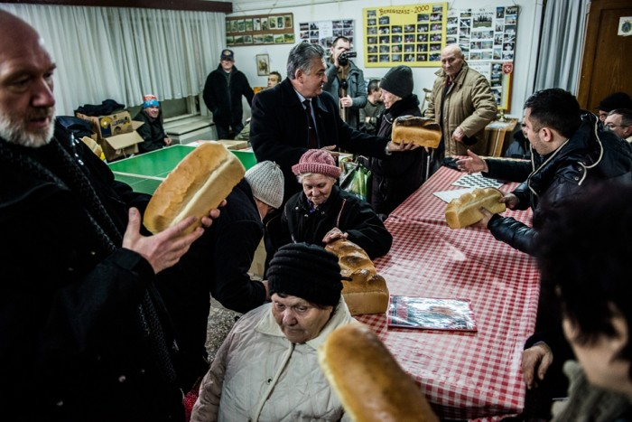 Christian Reformed from Hungary hand out three bus loads of food in Ruthenia.  Photo: Ákos Stiller, hvg.hu