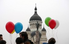 Musai/Muszáj demonstration in Kolozsvár/Cluj-Napoca, calling for greater trilingualism. Balloons represent the  colours of the Hungarian and Romanian flags. Photo: Tamás Bethlendi.