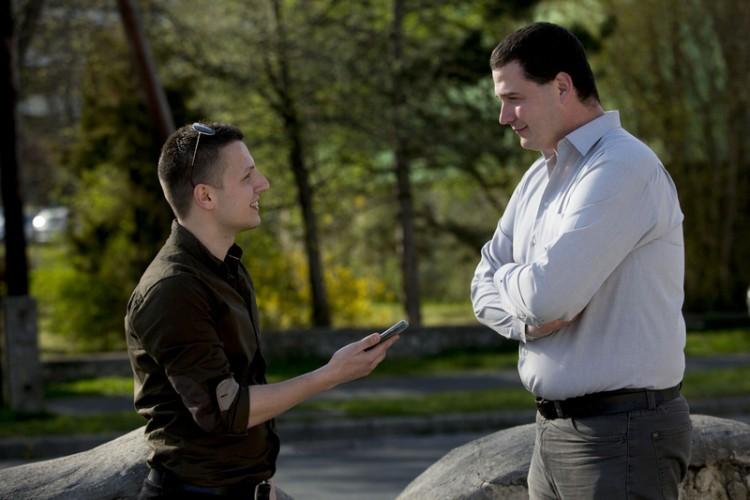 Alfahír's reporter, Adrian Magvasi, interviews Mr. Kisberk. Photo: Alfahír.