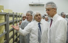 r. Naboulsi explains the secrets of Hungarian cheese making to Foreign Minister, Mr. Szijjártó (with glasses).
