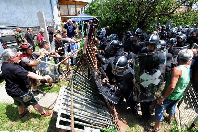 Authorities and private security firms enforcing eviction notices are an everyday occurence in Hungary. Photo: Balrad.