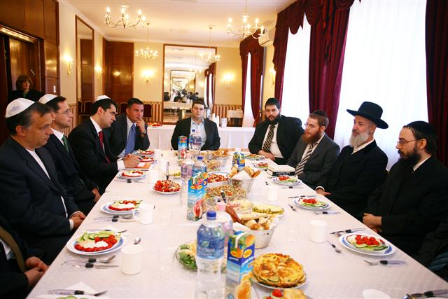 Negotiations with Metzger. Left: Mr. Viktor Orbán, current Finance Minister Mr. Mihály Varga, ex-New York Consul General Mr. Károly Dán, Mr. György Szabó (MAZSÖK) – Right: Rabbi Oberlander, Israeli Chief Rabbi Yona Metzger (in hat), Rabbi Köves and Rabbi Raskin of Budapest Chabad.