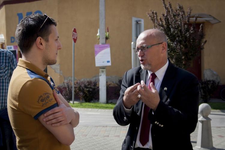 Adrián Magvasi chatting with Mayor Orosz in Érpatak. Photo: Alfahír/Zsuzsanna Nagy