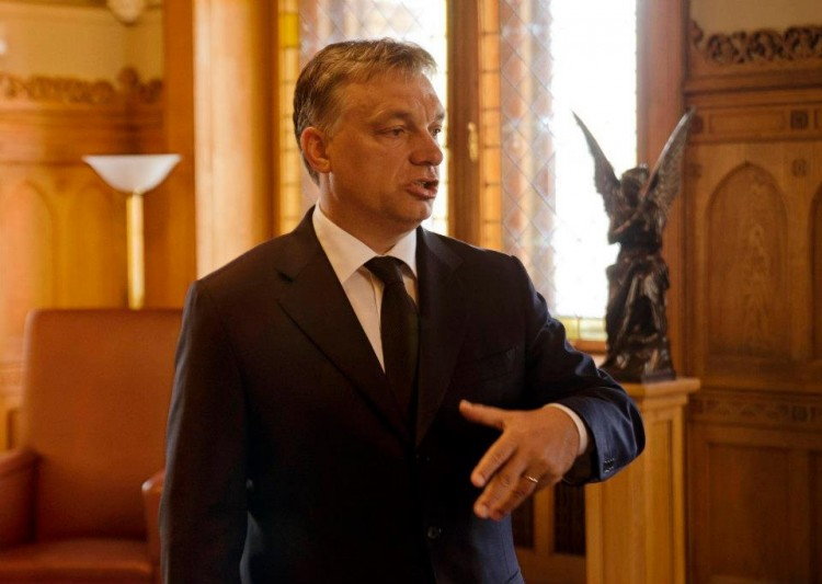 Mr. Orbán with his guardian angel in the Hungarian parliament. Photo: ReConnect / Birthright Hungary.