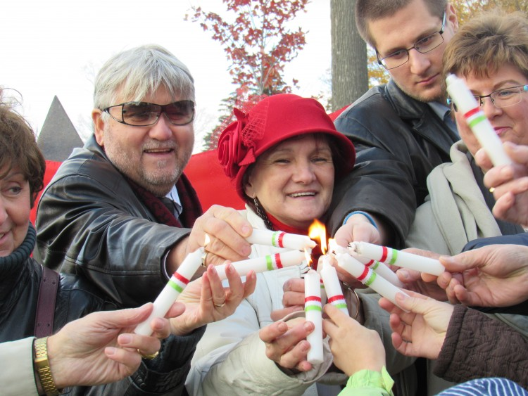 Lighting candles. Left to right: Áron Gábor, Rózsa Tóth, Bálint Mészáros and Judit Petényi. Photo: C. Adam.