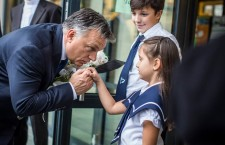 Prime Minister Viktor Orbán with school children in the town of Szombathely. Photo: Facebook.