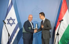 Ilan Mor accepting the Middle Cross of the Hungarian Order of Merit from Hungary's Minister of Foreign Affairs, Péter Szijjártó. Photo: Israel in Hungary.