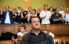 György Budaházy receives a standing ovation in the Budapest Capital Regional Court on Tuesday from Jobbik supporters, right before his sentencing. Photo: Balázs Mohai / MTI.