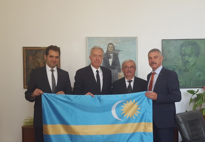 Mayor Antal (far left) and US Ambassador Klemm (next to him) are posing with the Szekler Flag.