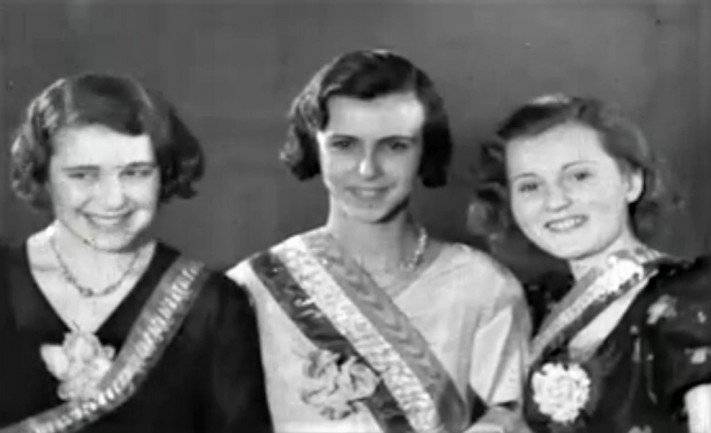 Zsa Zsa (right) in 1933 at the Miss Hungary contest.
