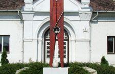 Abádszalók clothespin monument.