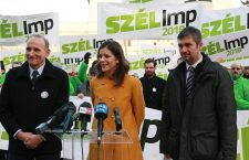 Bernadett Szél in the middle, with György Gémesi to the left and Ákos Hadházy to the right, at a rally this weekend in Kecskemét.