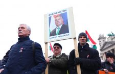 Peace March cult members declare Viktor Orbán to be the saviour of the nation.  Photo: 444.hu