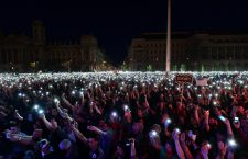 An estimated 100,000, mostly young Hungarian protest in Kossuth Square, spilling over into Alkotmány utca. Photo: Index.