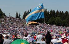 The Székely flag displayed with pride at the Csíksomlyó pilgrimage.