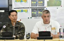 Song Shun-keun of Korean response team (left) and János Hajdu Hungary's Counter-Terrorism Center (TEK)