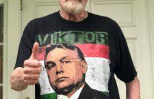 Joe Eszterhas posing in a pro-Orbán T-shirt.