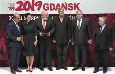 Mr. Gábor Demszky (in the middle without tie) accepts the European Solidarity Centre award.